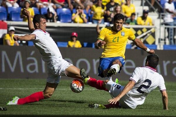 El jugador de la selección de Brasil Hulk anota ante Costa Rica, durante el juego amistoso que enfrenta a ambas selecciones en el césped del Red Bull Arena.