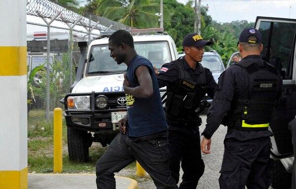 Africanos llegan escondidos en barcos y atizan crisis migratoria de la región