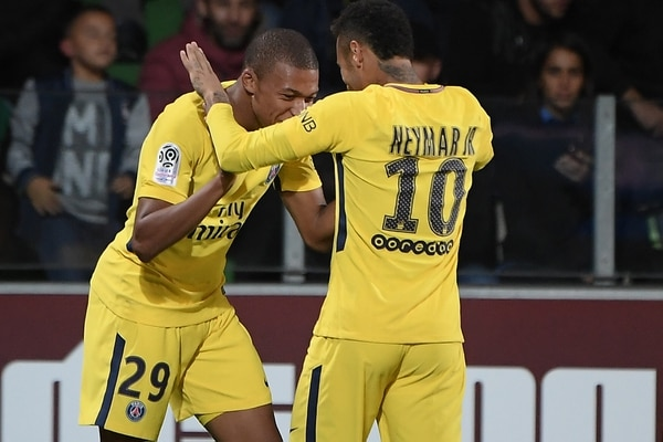 Kylian Mbappé (izq.) celebra su anotación con el brasileño Neymar.