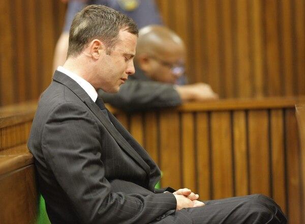 El atléta sudafricano Oscar Pistorius aguarda en el Tribunal de Justicia en Pretoria.