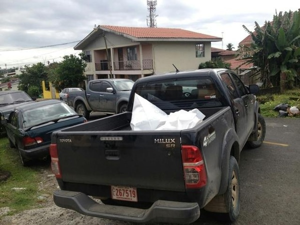 Los agentes judiciales levantaron el cadáver y lo trasladaron a la Morgue Judicial, ubicada en San Joaquín de Flores, Heredia. | ALEJANDRO NERDRICK.