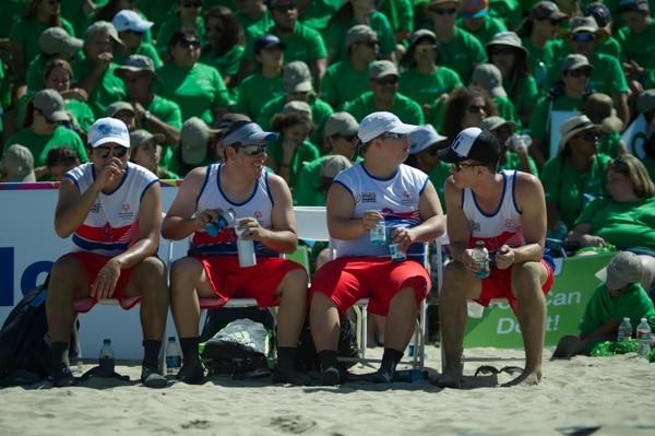 Ariel Ary (tercero de izquierda a derecha) durante un partido de voleibol de playa unificada en Los Ángeles, Estados Unidos. Junto a él aparecen en la imagen los también costarricenses Jesús Montero, Luis Otárola y Grey Porras. Fotografía: Jose Díaz.