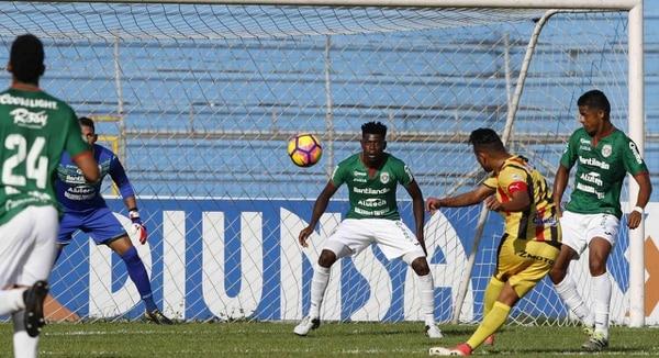 Así fue el zurdazo de Mario Martínez que terminó en gol. Foto: El Heraldo de Honduras