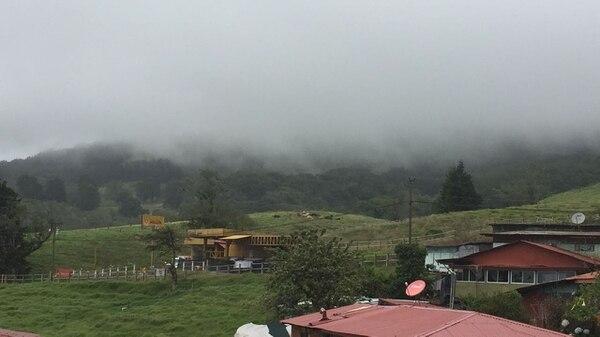 Las condiciones de nubosidad en la cima impiden ver la altura de la pluma y el impacto de las erupciones del volcán Poás.