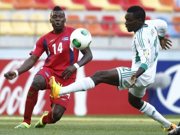 El cubano Aricheell Hernández (14) llega a la marca del nigeriano Ovbokha Agboyi durante el partido de hoy en Turquía.