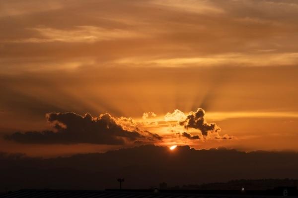 Esta coloración rojiza es provocada por las partículas que arrastra esta masa de aire extremadamente seco proveniente del Sahara. Fotografía José Cordero Morales