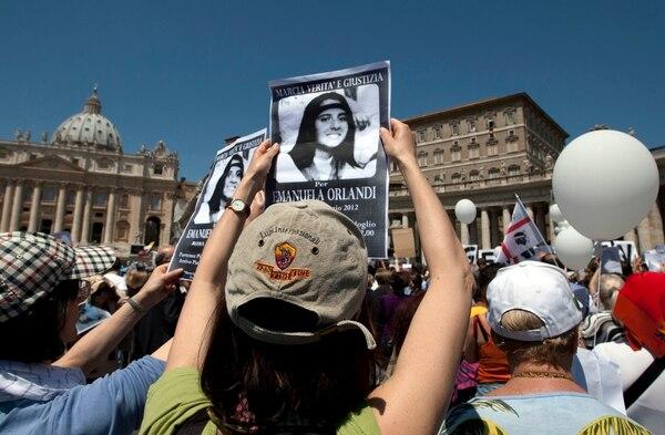 Los manifestantes muestran fotos de Emanuela Orlandi en la plaza de San Pedro, en el Vaticano, en mayo del 2012. Foto: AP