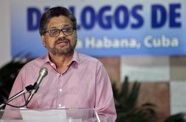 El segundo jefe de las Fuerzas Revolucionarias Armadas de Colombia (FARC) Luciano Marín, alias Iván Márquez, leyó el jueves un comunicado antes de reunirse con representantes del Gobierno colombiano.