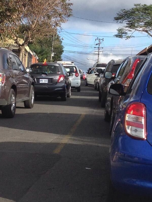 Conductores que transitan por La Lía de Curridabat denuncias que una calle que no tiene doble vía, es usada como si la tuviera.