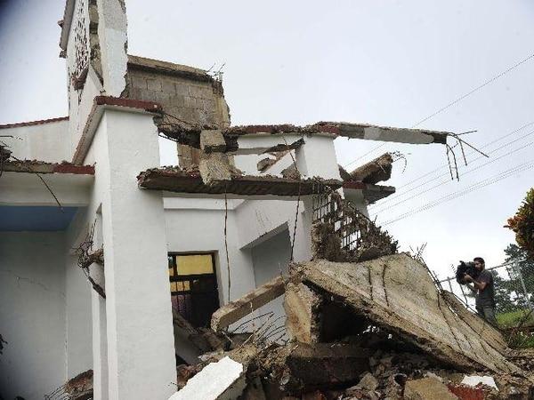 La iglesia de Bellavista de Nandayure, en Nicoya, fue destruida por el sismo. Otros edificios de la zona también sufrieron daños. | ARCHIVO LN