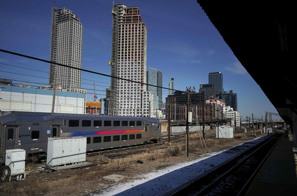 Un tren pasa cerca de un vecindario en Long Island. El servicio ferroviario para pasajeros de Estados Unidos no es precisamente de los mejores del mundo.