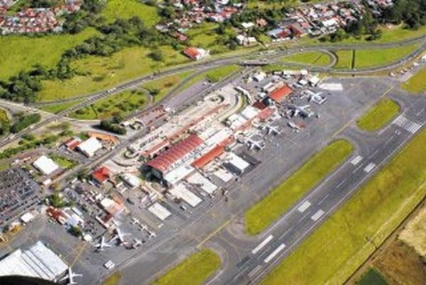 El problema del aeropuerto internacional Juan Santamaría es que su pista de aterrizaje está muy cerca de la pista de carreteo (a la izquierda), y el espacio es muy angosto cuando se atienden naves de cuerpo ancho. | ARCHIVO