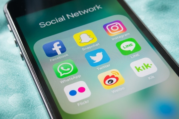 Foto: AFP Bangkok, Thailand - February 22, 2017 : Apple iPhone5s showing its screen with popular social network applications.