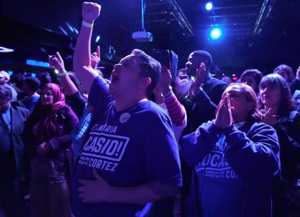 Simpatizantes de Alexandria Ocasio-Cortez festejaron el martes 6 de noviembre del 2018, en Queens Borough, Nueva York, su elección para la Cámara de Representantes federal.