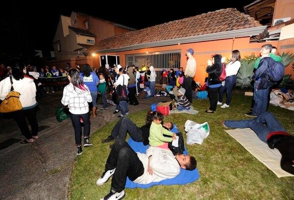 Decenas de vecinos de Alajuelita solicitan al presidente de la República, Luis Guillermo Solís, soluciones de vivienda.