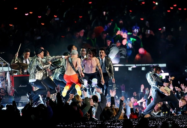 Bruno Mars y Red Hot Chilli Peppers en escena.