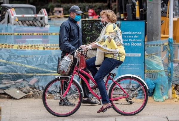 Una mujer monta su bicicleta en Bogotá, Colombia, el 23 de julio del 2020. Foto: AFP