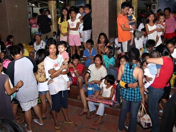 Miles de personas fueron evacuadas ayer por la amenaza de sunami. | AFP.
