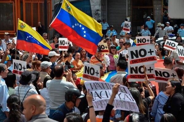 Manifestantes opositores participan en una protesta contra el gobierno de Nicolás Maduro, convocada por Juan Guaidó, en la plaza Altamira, en Caracas, el 30 de enero del 2019. Foto: AFP
