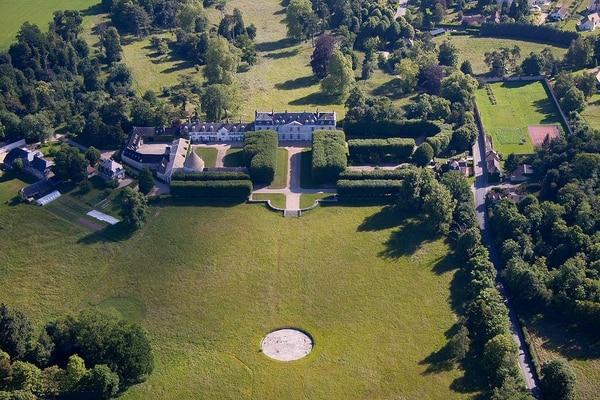 A 55 kilómetros de la capital francesa, en pleno campo y no muy lejos de Versalles, al final de un bucólico camino, el castillo de Millemont se yergue en un dominio de 600 hectáreas desde el siglo XVI.