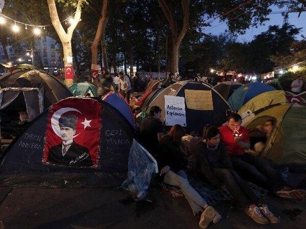 Varios miles de manifestantes acampaban anoche en el parque Gezi, situado junto a la polémica plaza de Taksim, en Estambul. | EFE