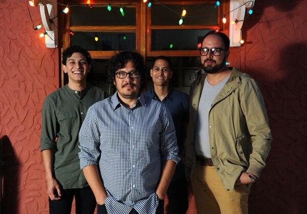 Reunión de Luis Chaves en su casa de Zapote con Tres Editores: Jochen Vivallo, Alberto Calvo y G. A. Chaves. Foto de Diana Méndez.