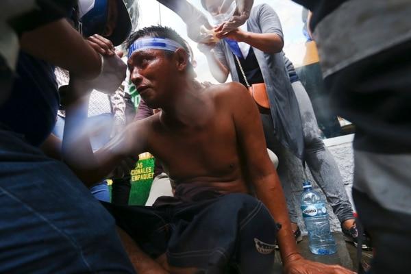 Un joven nicaragüense recibía primeros auxilios después de ser herido, el lunes 28 del mayo del 2018, durante protestas contra el gobierno en Managua.