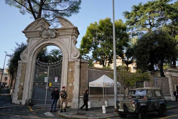 Soldados y policías resguardaban la entrada a la nunciatura apostólica en Roma, el miércoles 31 de octubre del 2018.