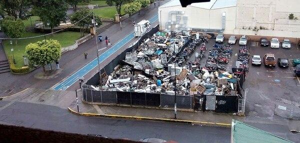 Hasta la semana pasada, un lote al costado este del Hospital San Juan de Dios lucía así con los equipos de oficina y otros insumos de desecho. Fue hasta el jueves 21 de setiembre que todo este material se retiró del lugar.