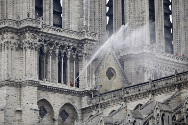 Los bomberos rocían agua en el techo de la catedral de Notre Dame después del incendio en París, este martes 16 de abril del 2019. Foto: AP