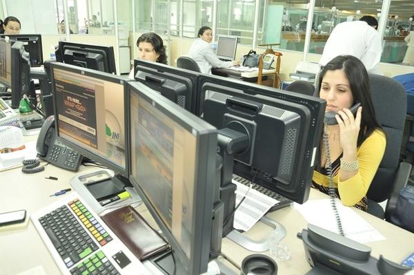 Trabajadores del Instituto Nacional de Seguros. Hay unos 952.000 asalariados que no pagan renta y unos 242.000 que sí lo hacen. | JORGE ARCE/ARCHIVO