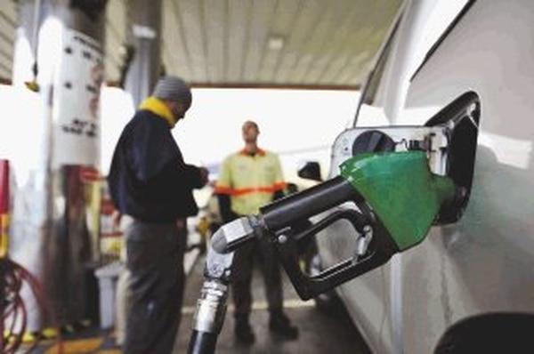 Conductores como Domas Barrios compraron combustible ayer horas antes de que se aplicara la rebaja en el precio de esos productos. Esta es la disminución más significativa del año. | CARLOS GONZÁLEZ.