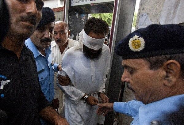 La Policía paquistaní escoltaba ayer al imán Jalid Yadun.   AP.