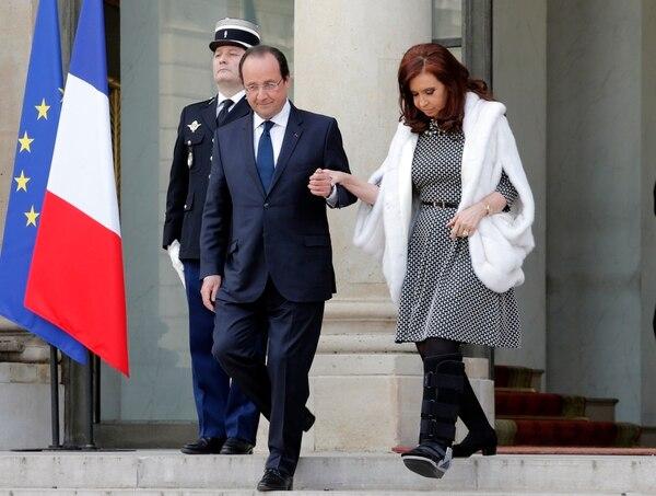 El presidente francés, François Hollande (izq), y su homóloga argentina, Cristina Fernández de Kirchner, a su salida del Palacio del Elíseo tras mantener una reunión en París.