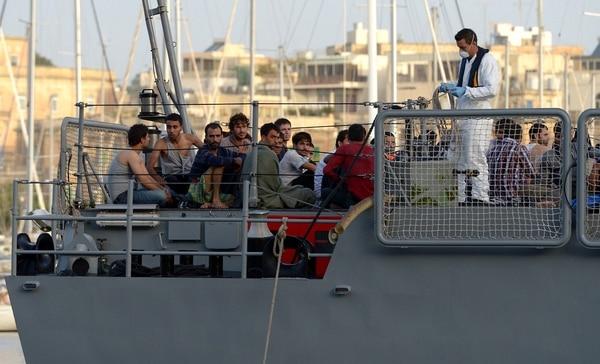 Los migrantes llegan a Hay Wharf en La Valeta a bordo de un barco de patrulla de las Fuerzas Armadas de Malta, el 12 de octubre de 2013, un día después de que su barco se hundiera.