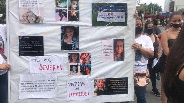 Manifestación en San José por homicidio de Allison Bonilla y otras mujeres asesinadas. En la pancarta se ve los rostros de mujeres que han perdido su vida por culpa de la ola de violencia.Foto Silvia Coto.