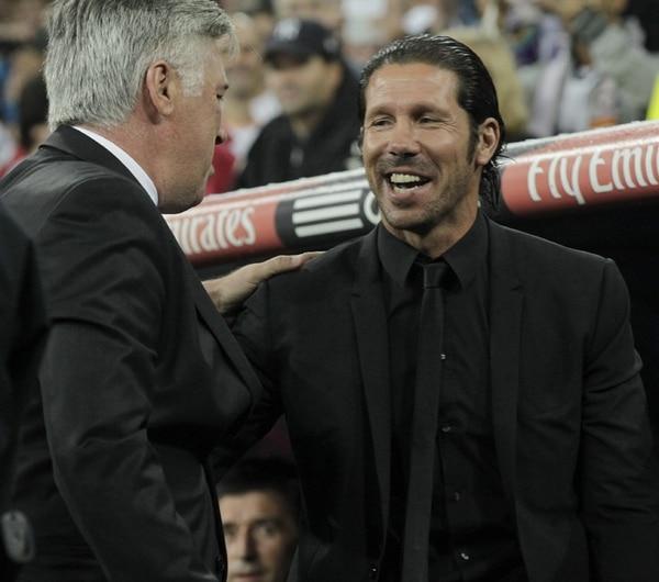 Diego Simeone (der.), que vive las glorias del triunfo, saluda a Carlo Ancelotti, el entrenador italiano del Real Madrid que queda cuestionado. | EFE