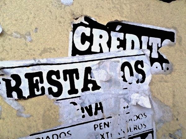 Muchas personas acuden a buscar préstamos a negocios sin regulación, que ofrecen créditos mediante volantes pegados en paredes y postes de vía pública. Foto Archivo