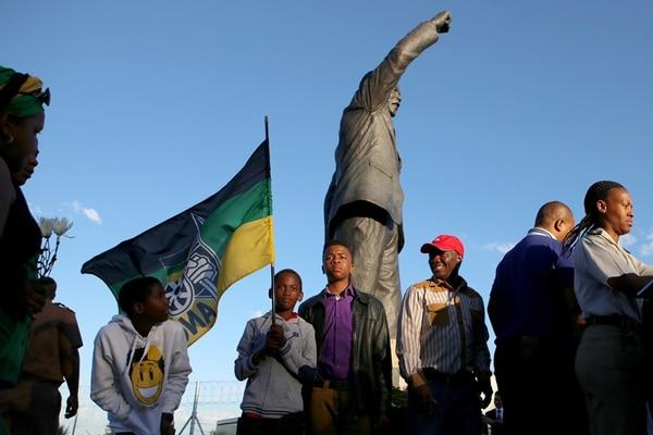 Miembros del Congreso Nacional Africano rindieron tributo a Mandela el pasado 9 de diciembre al visitar la prisión donde el líder pasó sus últimos 14 meses de cautiverio. foto AFP