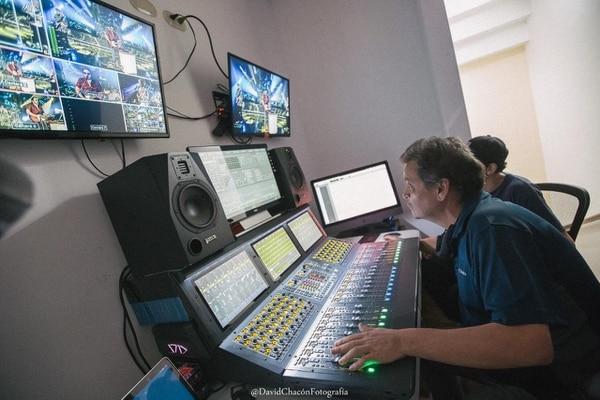 El reconocido ingeniero de sonido Memo Gómez aportó todos sus conocimientos y talentos en la grabación, masterización y mezcla del sonido del concierto. Foto: Cortesía/David Chacón