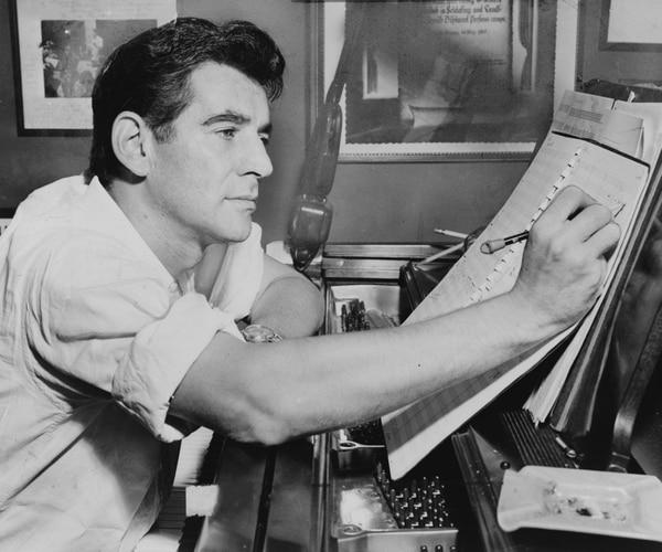 Foto: Wikimedia Commons /Al Ravenna, World Telegram staff photographer. Leonard Bernstein sentado a la piano, anotando una partitura 1955. Source: Library of Congress. New York World-Telegram & Sun Collection. l Ravenna, World Telegram staff photographer