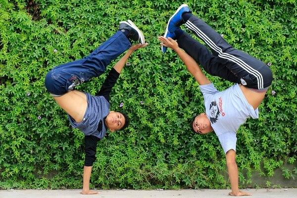 En Internet aprendieron a bailar break dance, a arreglar aparatos y también sobre informática. Ellos son Joel y Marlon Bermúdez, dos jóvenes que llegaron al país 16 años atrás. Foto: Rafael Pacheco.
