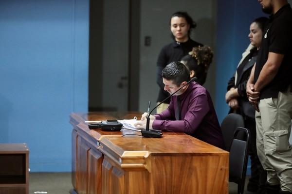Danna Batista fue declarada responsable de dos delitos de homicidio calificado en perjuicio de sus dos hijos. La acompaña su abogado Fabricio González Herra. Foto: Alonso Tenorio.