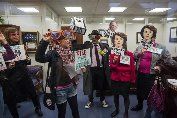Activistas de la organización Code Pink se manifestaron en la oficina de la senadora demócrata Dianne Feinstein, en Washington. Criticaron la supuesta actitud contradictoria de Feinstein respecto al espionaje.   EFE