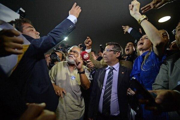 Consignas en favor y en contra de la destitución de la presidenta Dilma Rousseff se corearon el lunes en el Congreso de Brasil. La reacción sobrevino después de que el titular de la Barra de Abogados del país, Claudio Lamachia (no aparece en la imagen), presentó un nuevo pedido de juicio político contra la gobernante.