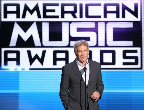 Harrison Ford hizo una aparición sorpresa en los American Music Awards el domingo.