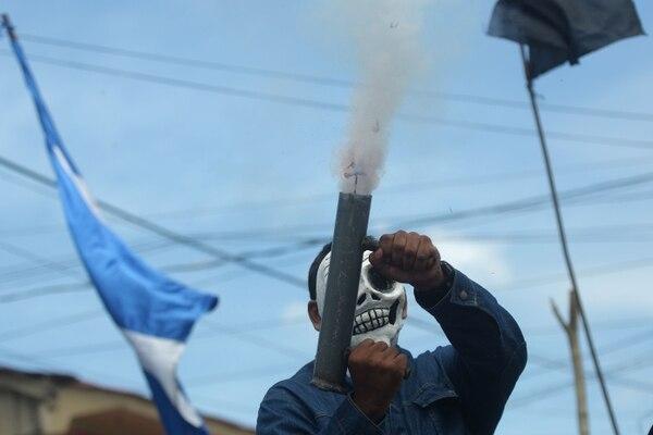 Un manifestante antigubernamental dispara un mortero casero en el barrio de Monimbo en Masaya, Nicaragua, el 11 de julio de 2018.