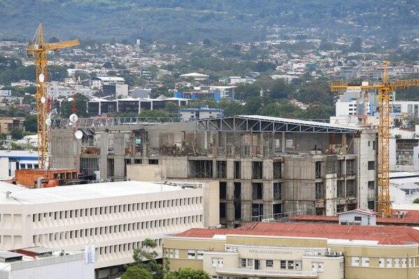 Construcción de la torre este del Hospital Rafael Ángel Calderón Guardia. El sector de la construcción es uno de los que más se contrajo, según el IMAE. Foto: Archivo/Albert Marín. (Imagen con fines ilustrativos).