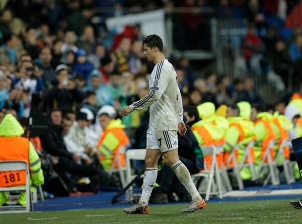 Cristiano Ronaldo abandona el terreno de juego tras resentirse de su rodilla izquierda. Era el minuto 79', del juego de ayer ante el Dortmund. | AP