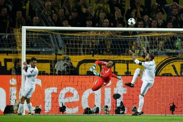 Keylor despeja un balón en el duelo ante el Dortmund.